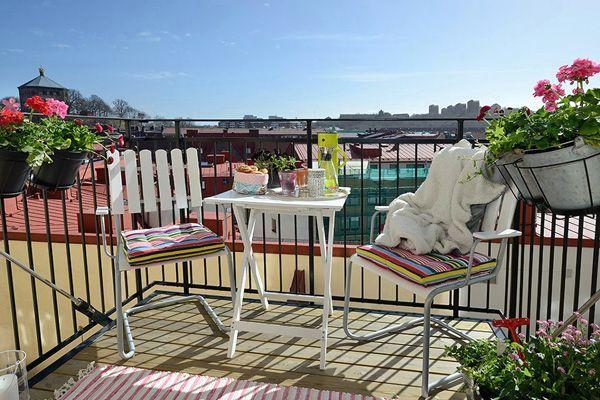 дизайн открытых балконов с мебелью в скандинавском стиле