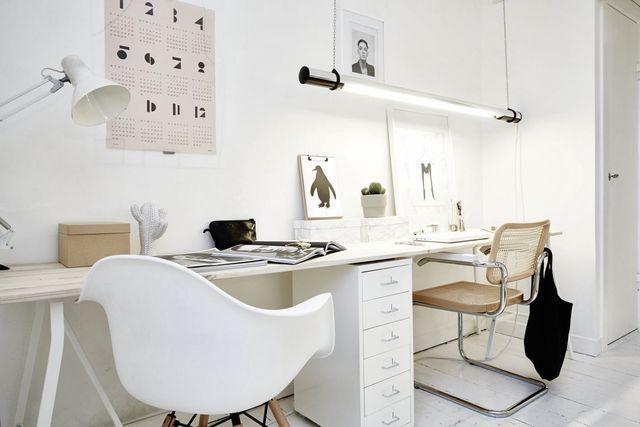 рабочее место в гостиной скандинавского стиля