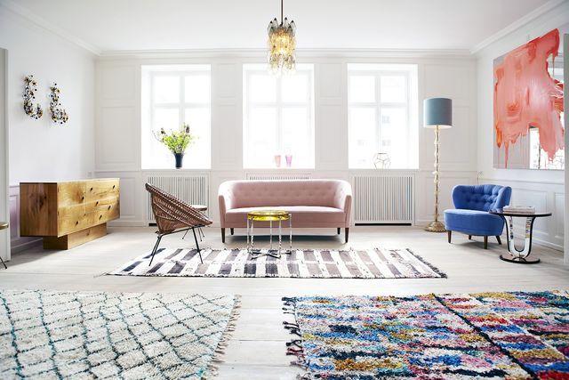 светлый интерьер гостиной в скандинавском стиле с яркими цветовыми акцентами