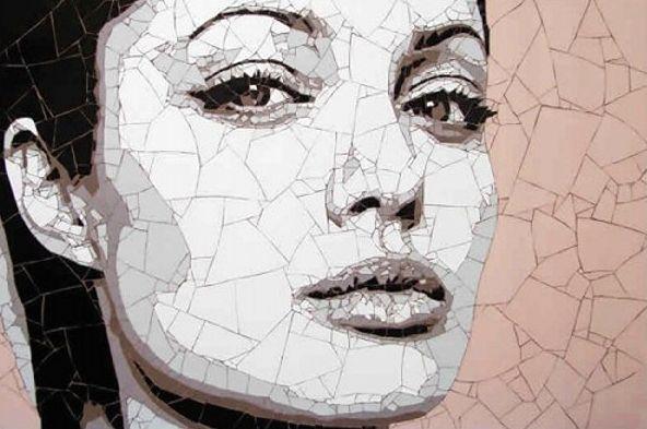 мозаика из битой плитки - портрет Анджелины Джоли
