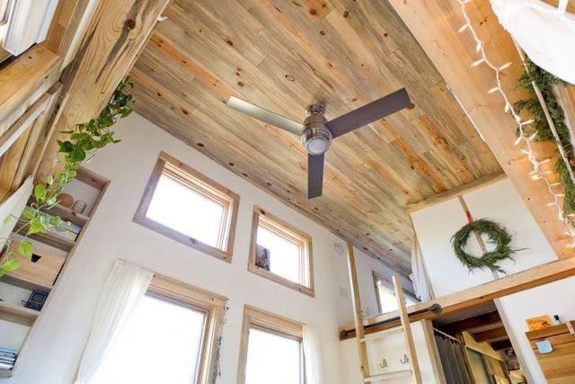 потолок в летнем маленьком доме на колесах