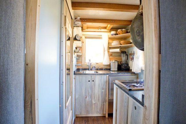 кухня в маленьком летнем доме на колесах