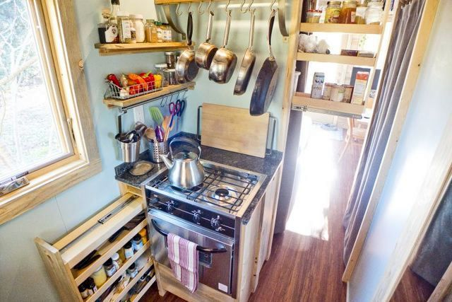 кухня в небольшом летнем доме на колесах, сделанном своими руками