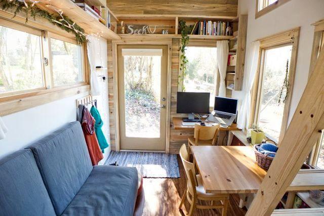 гостиная в маленьком летнем доме на колесах