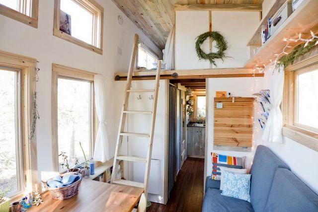 лестница в зону спальни из гостиной дома на колесах