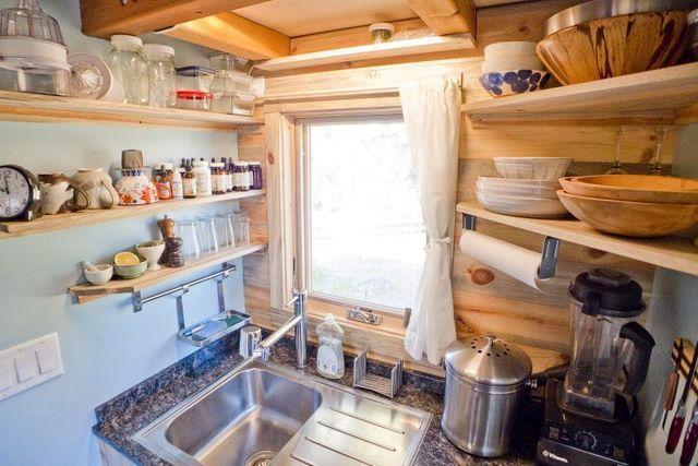 мойка в кухне маленького дома на колесах