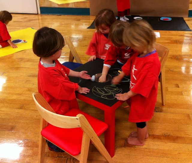 дети рисуют мелками на столике, покрытом специальной краской