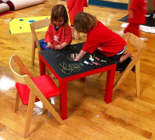 дети рисуют мелками на столике