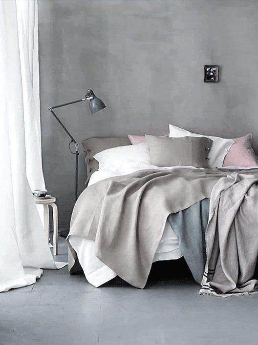 интерьер спальни в пастельных тонах с преобладанием серого