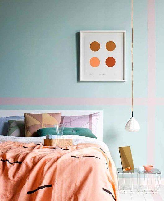 яркие штрихи в интерьере спальни пастельных тонов