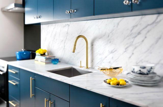 золотистые штрихи в интерьере кухни