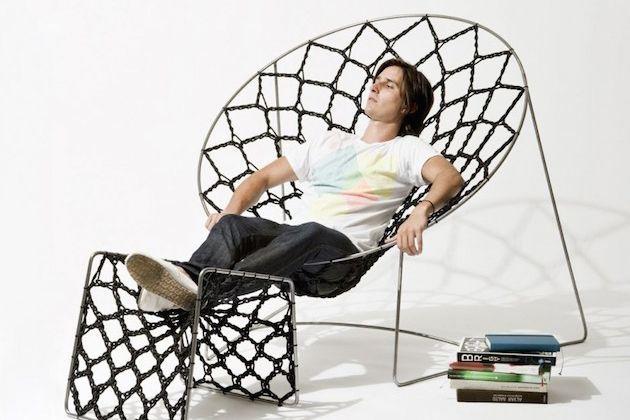 кресло и пуф для ног, связанные из резинки