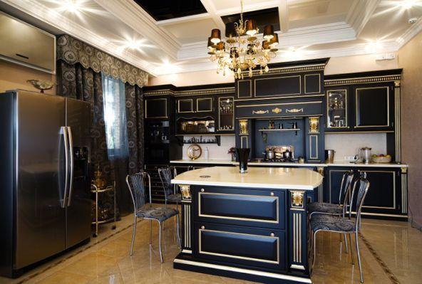 кухонный интерьер в черном и золотом