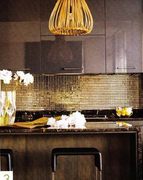 золотой фартук над плитой в кухне
