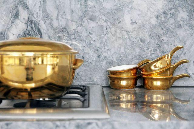золотая посуда для интерьера кухни