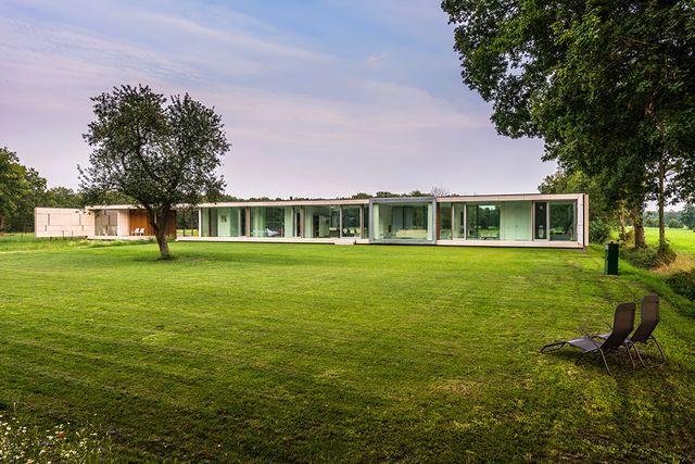 длинный узкий стеклянный дом