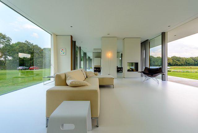 светлый интерьер стеклянного дома