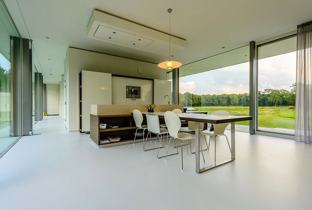 зона кухни в стеклянном доме