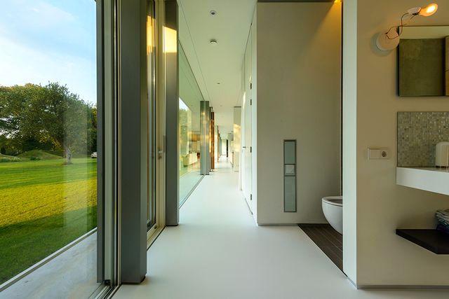 сквозная терраса стеклянного дома