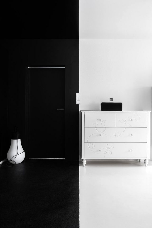 гардеробная в черно-белом интерьере спальни
