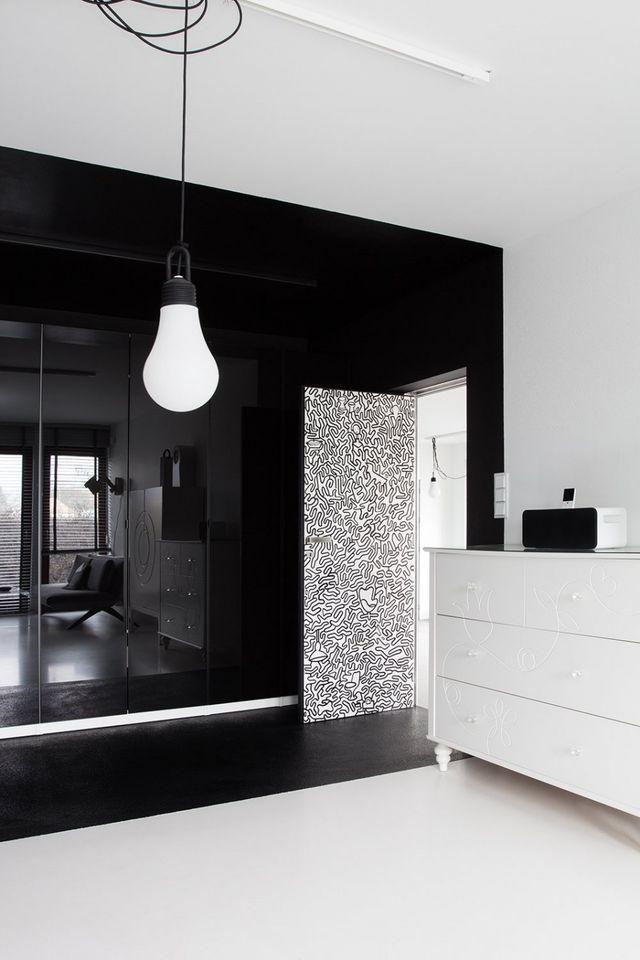 дверь в черно-белом интерьере спальни