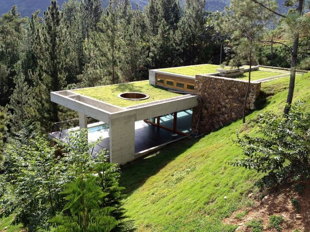 зеленый дом на склоне в Доминикане