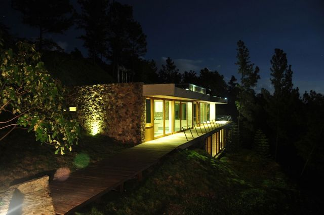 ночной экстерьер дома на склоне архитектурной студии Vasho
