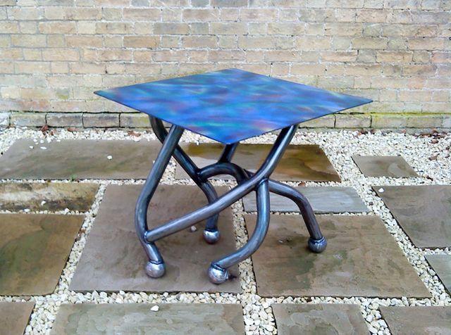 металлический стол для сада и дачи