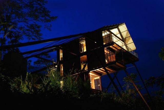 ночной вид на дом в джунглях, подняты над верхушками деревьев