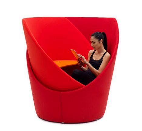 кресло кокон с вращающимися сегментами и столиком