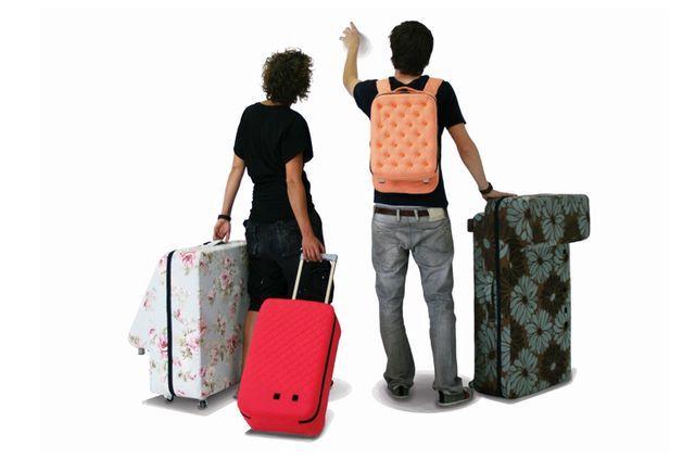 набор чемоданов, которые складываются в диван
