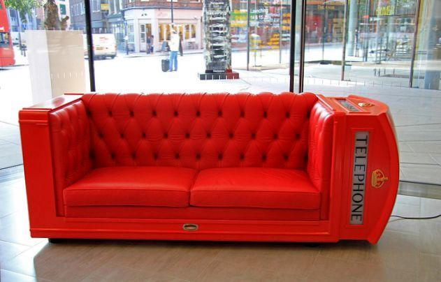 необычный диван из красной телефонной будки