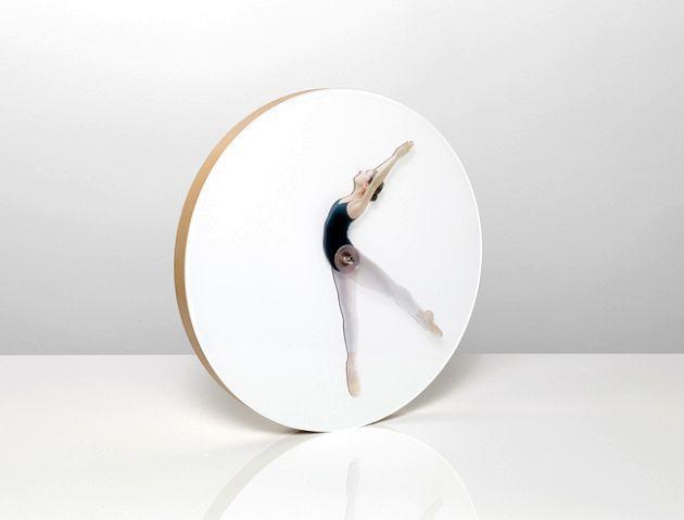 оригинальные часы со стрелками в виде танцовщицы