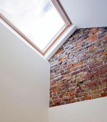 фрагмент кирпичной стены в интерьере узкого дома