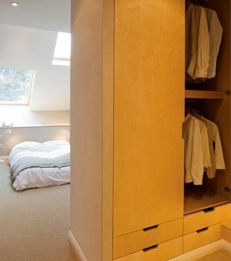 спальня и гардероб в узком доме