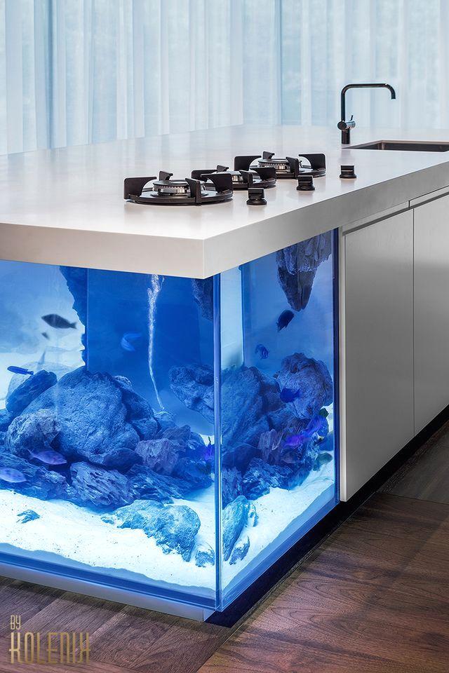 кухонный остров в стиле эко-шик с большим встроенным аквариумом