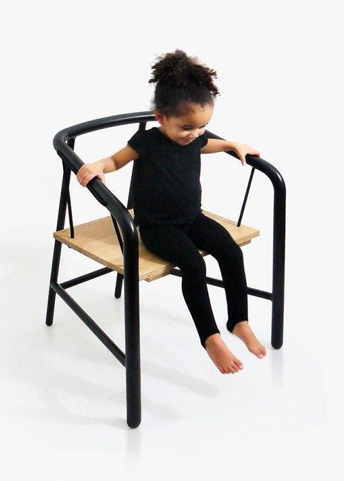 девочка катается на кресле-качелях