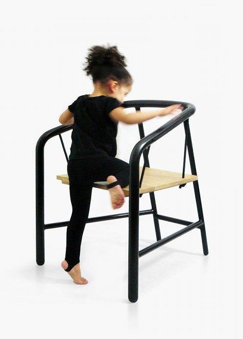 девочка залазит на стул-качели