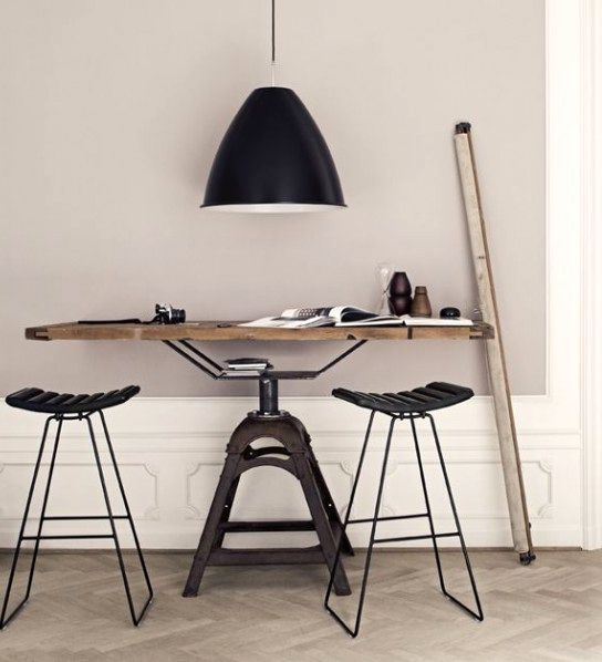 индустриальные столы под лампой