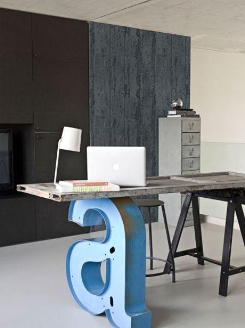 рабочий стол в индустриальном стиле с буквой А