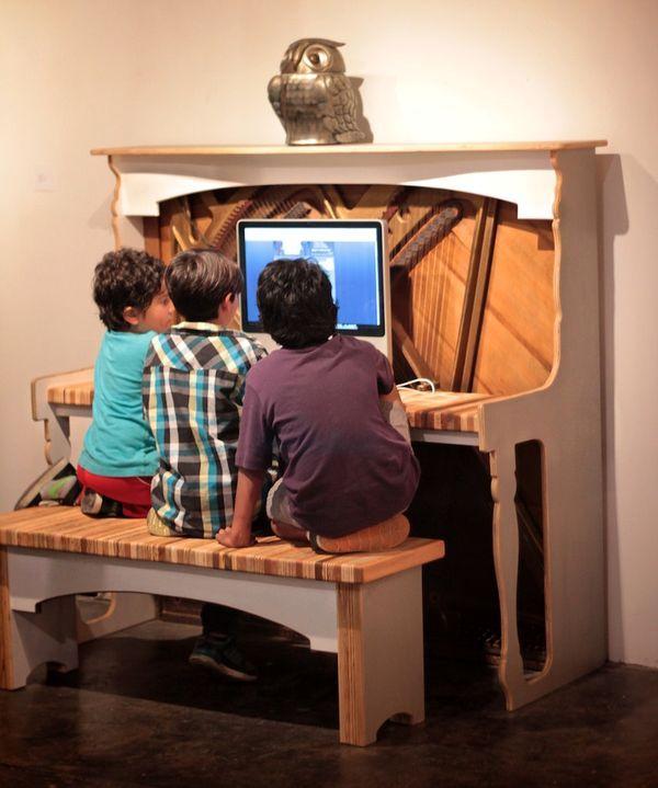 необычный компьютерный стол из пианино своими руками