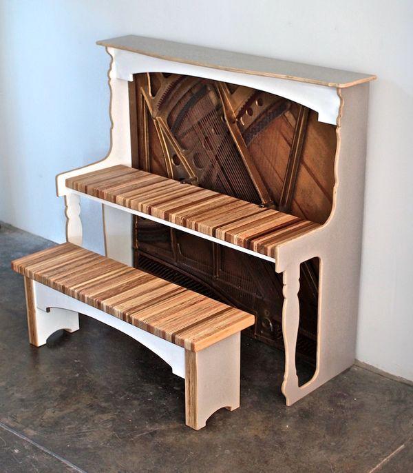 скамейка и компьютерный стол из пианино