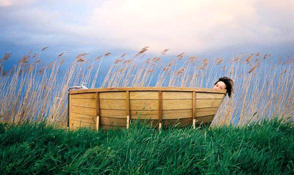 деревянная ванна в виде лодки