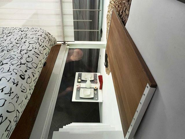вид на лестницу и столик со спальной зоны