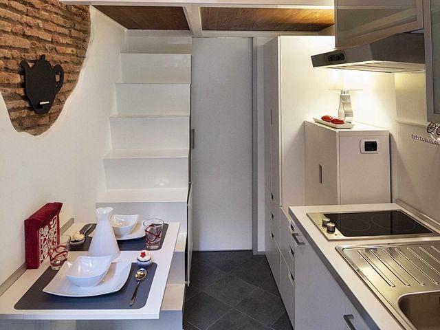 зона кухни и столик в маленькой квартире 7 кв м