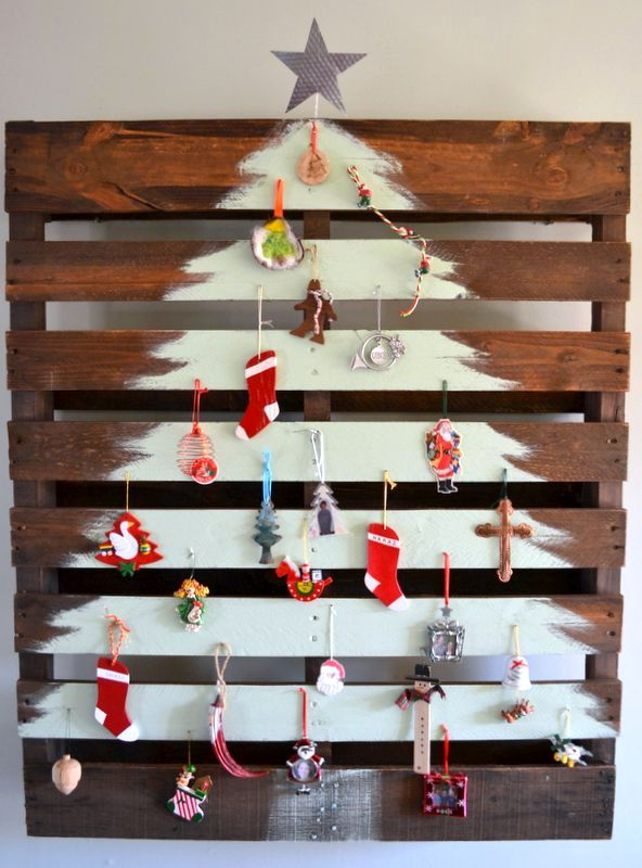 елка своими руками, нарисованная на деревянном поддоне