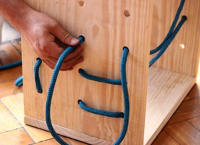 нестандартные полки из веревок в тумбе