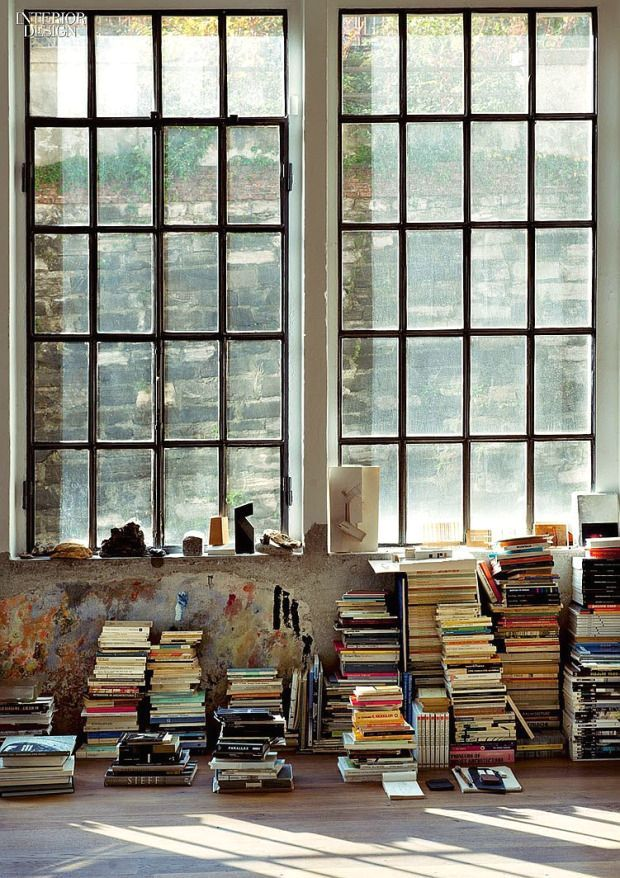стена и окно в стиле андерграунда с книгами