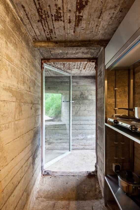 вход и кухня дома в бункере