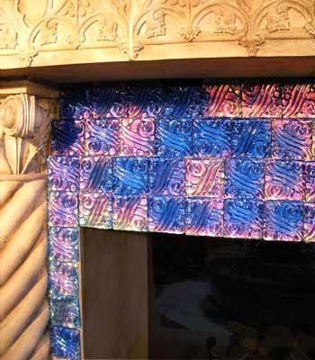 плитка вокруг камина, меняющая цвет